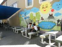 UnO - venkovní terasa s dětským hřištěm 2